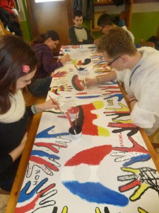 Gemeinsames Lernen und Kennenlernen standen auf dem Programm des Austausch. Hier in der Kreativwerkstatt. Foto: nh