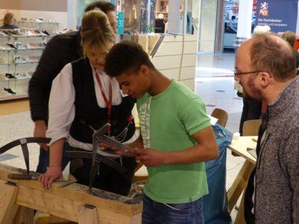 Eine gute Resonanz hatte die Dachdecker-Innung Kassel bei den Handwerkertagen im Einkaufszentrum DEZ. Foto: Wolfgang Scholz