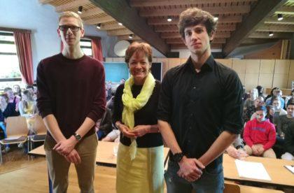 Europaministerin Lucia Puttrich mit den Schülern Felix Teigeler (links) und Gregor Siebert. Foto: nh