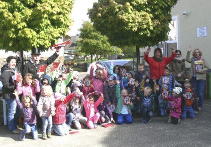"""""""Schorni"""" Uwe Nenzel mit den Schul- und Kindergartenkindern. Foto: Dittmer"""