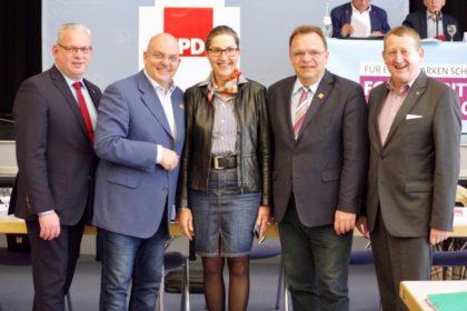 EKB Jürgen Kaufmann, MdB Dr. Edgar Franke, MdL Regine Müller, Landrat Winfried Becker und MdL Günter Rudolph (v.l.). Foto: nh