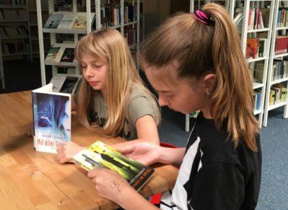 """Leni Scheffer und Julia Geiger (von links) lesen in """"Mit aller Gewalt"""" und """"Hass im Spiel"""" von Margret Steenfatt.. Foto: nh"""