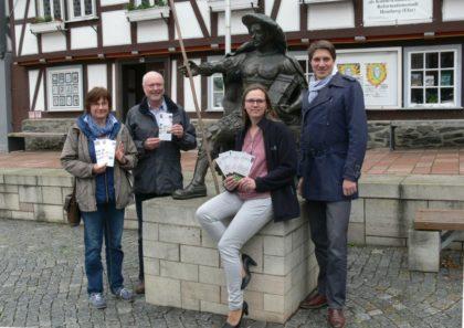 Stellten das Wanderangebot am Landgraf-Philipp-Denkmal vor, v.li.n.re.: Birgit Naumann, Wolfgang Imberger, Vanessa Töpfer und Bürgermeister Dr. Nico Ritz. Den Wanderstab nahm schon einmal der Landg