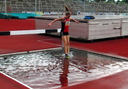 Als es in der Schlussrunde zum letzten Mal über den Wassergraben musste, ging Lynn Olson buchstäblich baden, denn sie
