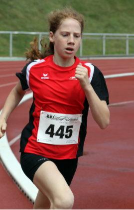 Die 11-jährige Pia Gille verbesserte sich über 800 Meter auf 2-48,06 Minuten und holte sich damit den Sieg im Baunataler Parkstadion. Foto: Lothar Schattner