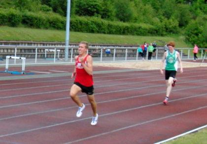 Kraftvoll löste sich Lorenz Funck von Hannes Dieterich und holte sich den 1500m-Titel nach 4,19 Minuten. Foto: nh