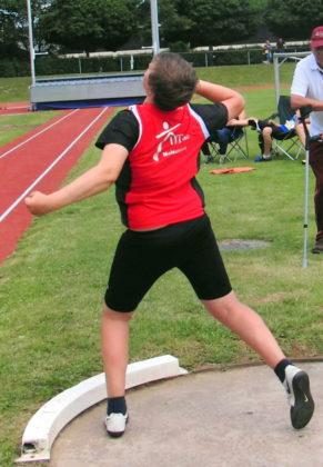 Der Zwölfjährige Luis André wuchtete die Drie-Kilo-Kugel im dritten Versuch auf 12,15 Meter und verbesserte seinen erst acht Tage alten Nordhessenrekord um 85 Zentimeter. Foto: nh