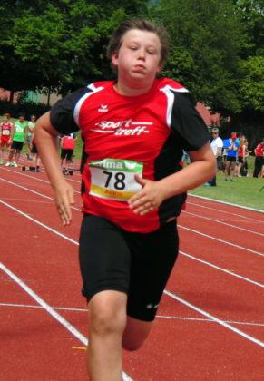 Luis André kurz vor dem Ziel im 75-Meter-Lauf. Foto: nh
