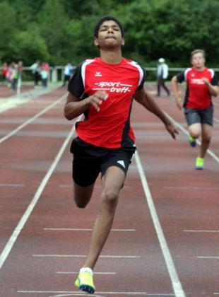 Jermaine Kothe demonstrierte in beiden 75m-Läufen sein Sprinttalent. Foto: Lothar Schattner
