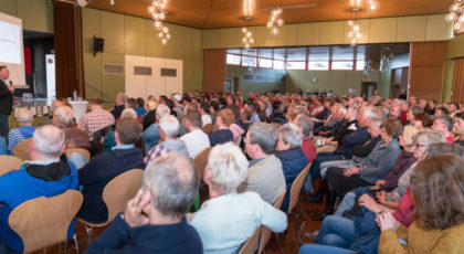 Über 300 Bürgerinnen und Bürger informierten sich in Waldeck über die Folgen der Massentierhaltung. Foto: Betzler