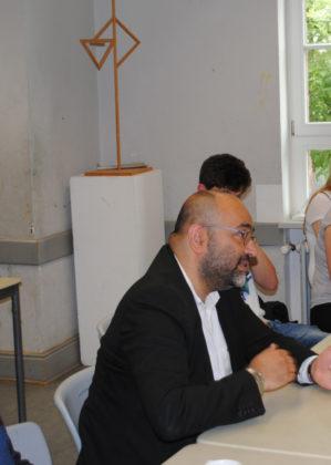 """Der """"Pate"""" der AG Omid Nouripour, Bundestagsabgeordneter von Bündnis 90/Die Grünen, beim Besuch """"seiner AG"""" im Juni 2017. Foto: Thomas Schattner"""