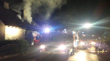 Rauch steigt aus dem Dach des Gebäudes in Trutzhain. Foto: nh