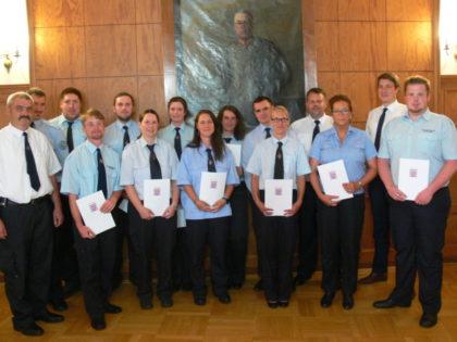 Die für zehn Jahre aktiven Feuerwehrdienst geehrten mit Lars Röse und Dr. Nico Ritz. Foto: nh