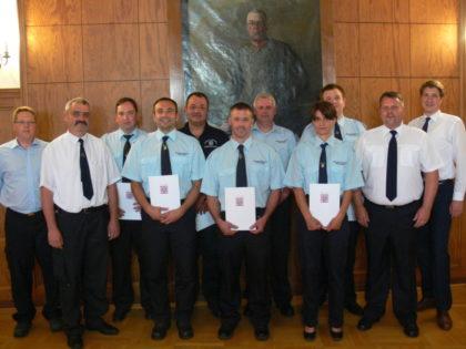 ffw-homDie für 20 Jahre aktiven Feuerwehrdienst geehrten mit Lars Röse und Dr. Nico Ritz. Foto: nhberg-170623-20