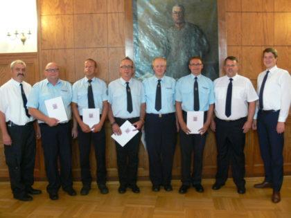 Die für 30 Jahre aktiven Feuerwehrdienst geehrten mit Lars Röse und Dr. Nico Ritz. Foto: nh