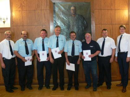 Die für 40 Jahre aktiven Feuerwehrdienst geehrten mit Lars Röse und Dr. Nico Ritz. Foto: nh