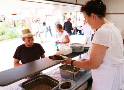 Frisch schmecken sie am besten – die Kartoffelpuffer aus dem Hephata-Imbisswagen. Foto: nh