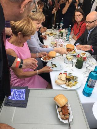 Bundeskanzlerin Angela Merkel ließ sich ebenfalls die Currywurst der Hephata Diakonie schmecken. Foto: Hephata