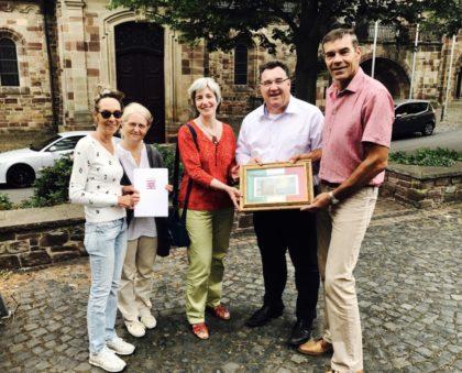 Von rechts: Bürgermeister Hartmu Spogat, Staatssekretär Mark Weinmeister und die Vorsitzende des Partnerschaftsvereins, Ulrike Keß. Foto: nh