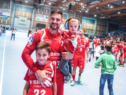 Für den dienstältesten Spieler im MT-Team heißt es nach neun Jahren Abschied zu nehmen: Regisseur Nenad Vuckovic, hier mit seinem beiden Söhnen, wird nach der Saison in seine serbische Heimat zurückkehren. Foto: Alibek Käsler