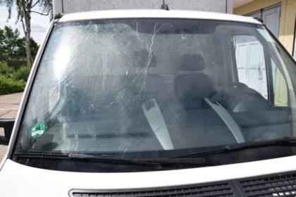 Schaden an der Frontscheibe des VW Crafter. Foto: Polizeipräsidium Nordhessen/obs