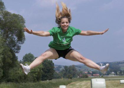 """Ein """"großer Sprung"""" gelingt der jungen Handballerin Hannah Grothnes mit der SG 09 Kirchhof: Die Jugendspielerin hat eine große Chance in der Zweiten Bundesliga. Foto: SG 09 Kirchhof"""