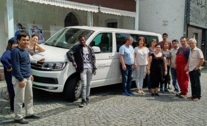 Der neue VW-Bus wird die Arbeit in den Flüchtlingsprojekten von Arbeit und Bildung e.V. erleichtern. Foto: Arbeit und Bildung e.V.