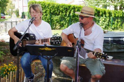 Paul King und Michael Rohstock (v.l.) spielten zum Geburtstag auf. Foto: Mühling