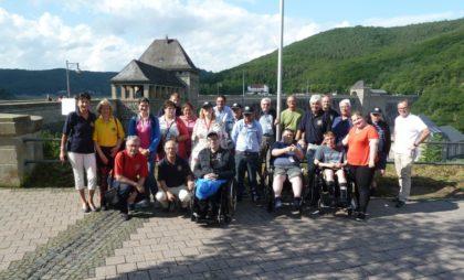 Die Lionsfreunde aus Melsungen und Bad Sooden-Allendorf mit ihren gehandicapten Gästen aus Leeds und deren Betreuern an der Staumauer des Edersees. Foto: nh