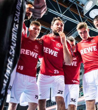 Die MT-Spieler, in der Mitte Kapitän Michael Müller (25), beim Einstimmen auf den Gegner. Foto: Alibek Käsler