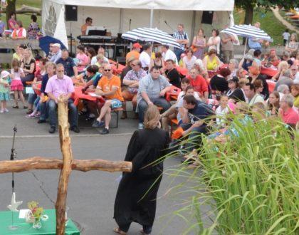 Das bunte Treiben beim Sommerfest ist ein großer Spaß für Jung und Alt. Foto: nh