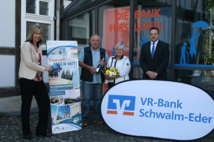 Vorstand Anja Kukuck-Peppler, Karl-Heinz und Bärbel Smola, Kundenberater Timo Rummeleit (v.l.). Foto: nh