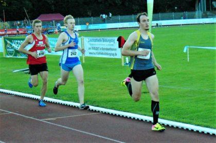 Im 5000m-Lauf der U23 hielt Lorenz Funck einen Kilometer mit den beiden Spitzenleuten Philipp Kern (30) und dem späteren Sieger Bernhard Winländer (242) mit. Foto: nh