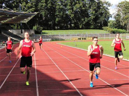 Der 16-jährige Marvin Knaust überholt kurz vor der Ziellinie Michael Hiob und sichert sich mit persönlicher Bestzeit von 54,40 Sekunden den Sieg in der U18. Foto: nh