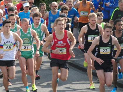 Der Vorjahres-Jugendliche Lorenz Funck lief zu Beginn des Rennens vorne mit, aber wie sich später herausstellte, war das Anfangstempo zu schnell für ihn. Foto: nh