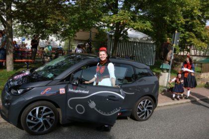 Nicht nur Rotkäppchen freut sich über das neue Fahrzeug. Foto: nh