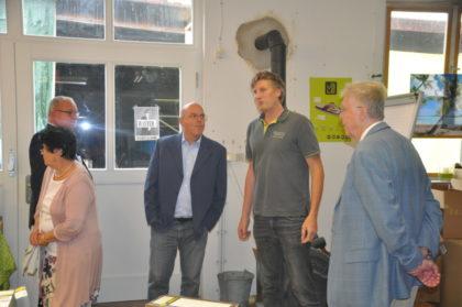 Dr. Edgar Franke im Gespräch mit Orthopädie-Schuhmachermeister und Geschäftsführer Markus Schott. Foto: nh