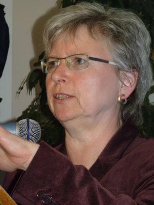 """Pfarrerin Margret Artzt eröffnete die Ausstellung der saarländischen Armutskonferenz: """"Gesichter der Armut"""". Foto: nh"""
