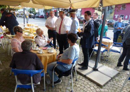 Mit den Bürgern im Gespräch – Straßenwahlkampf in Neukirchen. Foto: nh