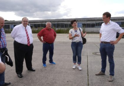 Besuch bei der Firma Energiesysteme Groß in der alten Ostpreußen Kaserne. Firmeninhaber Björn Groß (rechts) hat dort ein Gelände mit einer 3.600 m² großen Schleppdachhalle gekauft, die für Mietboxen umgebaut wird. Auf das Dach kommt eine Moderne Solar-Anlage. Foto: nh