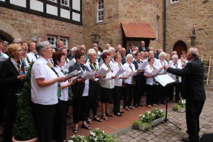 Spangenberger Chorgemeinschaft aus gemischtem Chor und MGV mit Dirigent Erich Hüttl. Foto: nh
