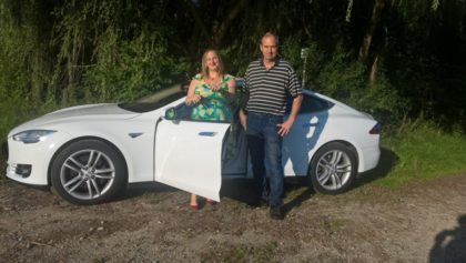 Nancy Konradt und Hans-Peter Sunkel am Tesla. Foto: nh