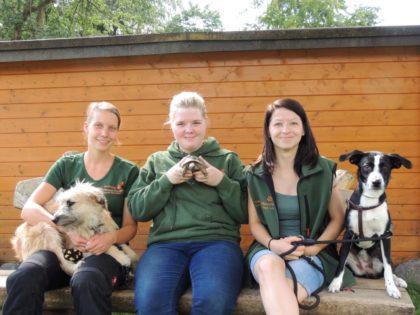 Tierpflegerin Tamara Weishaupt und die neuen Auszubildenden Amy Kaufhold und Katja Jakubowski (v.l.). Foto: nh