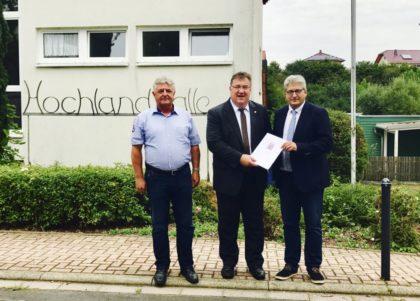Erster Beigeordneter Michael Stuhlmann, Staatssekretär Mark Weinmeister und Bürgermeister Rainer Barth (v.l.). Foto: nh
