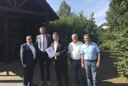 Udo Schölling, Bürgermeister Heinrich Vesper, Europastaatssekretär Mark Weinmeister, Horst Faust und Stefan Völker (v.l.). Foto: Hessische Staatskanzlei