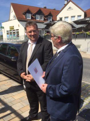 Europastaatssekretär Mark Weinmeister im Gespräch mit Bürgermeister Stefan Pinhard während des Rundgangs durch die Bahnhofstraße. Foto: Hessische Staatskanzlei