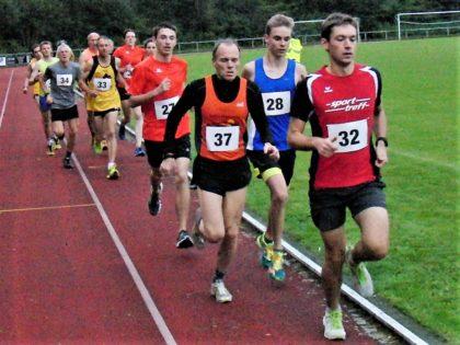 Moritz Knaust (32) führte lange das Feld über 5000 Meter an und verbesserte sich auf 18:02 Minuten. Foto: nh