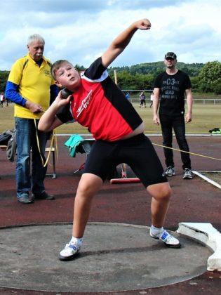 Luis André (MT Melsungen), der in Neukirchen zum ersten Mal die 3-Kilo-Kugel über 13 Meter stieß und damit den nordhessischen Rekord in diesem Jahr zum sechsten Mal verbesserte. Foto: nh