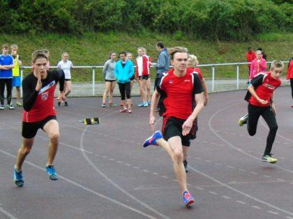überraschte mit dem zweiten Platz über 800 Meter. Foto: nhAlexander Fredrich lag nach  gute, Start und einer starken Beschleunigung über die Hälfte der Strecke vor dem Favoriten Fabian Feldmann aus Remsfeld. Foto: nh