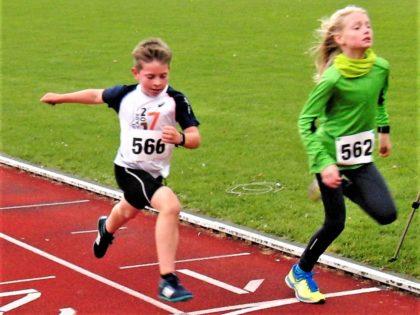 Mit seinem grandiosen Endspurt hätte der 9-jährige Aaron Wicke beinahe noch den ein Jahre älteren Maron Laurenz aus Hess. Lichtenau auf der Ziellinie abgefangen. Foto: nh